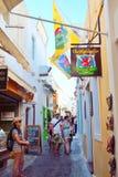 狭窄被铺的商业街Fira圣托里尼希腊 库存图片