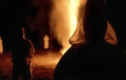 狭长的土地,佛罗里达,美国-大约1995年-三K党KKK十字架灼烧的夜仪式,佩带的白色长袍,敞篷 库存照片