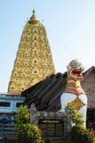 狮子卫兵雕象在Wang Wiwekaram泰国寺庙, Sangklaburi, K 免版税库存照片