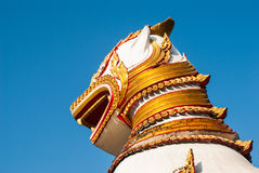 狮子卫兵雕象在Wang Wiwekaram泰国寺庙, Sangklaburi, K 免版税库存图片