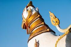 狮子卫兵雕象在Wang Wiwekaram泰国寺庙, Sangklaburi, K 库存照片