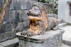 狮子古老石雕象 免版税库存照片