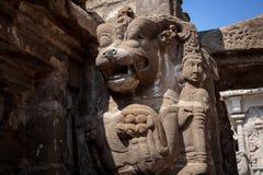 狮子和女神在古庙,甘吉布勒姆印度的砂岩雕象 免版税库存图片