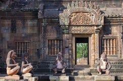 狮子和猴子在Banteay Srei红砂岩寺庙,柬埔寨的Gardians雕刻 免版税库存图片