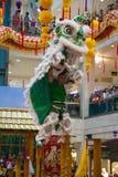 狮子和龙舞蹈Barongsai在购物中心雅加达印度尼西亚 免版税库存图片