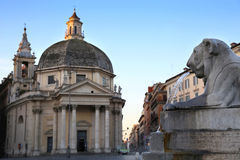 狮子喷泉在Piazza del Popolo在罗马,意大利 库存照片