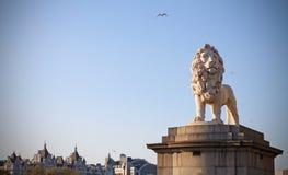 狮子威斯敏斯特桥梁伦敦的雕象监护人 免版税库存图片