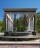狮子小瀑布喷泉 它是与pudost石头瀑布壁架的一个水池,装饰用两个铜雕塑  免版税图库摄影