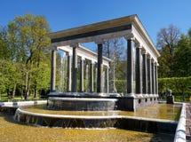 狮子小瀑布喷泉 它是与pudost石头瀑布壁架的一个水池,装饰用两个铜雕塑  免版税库存照片