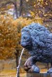 狮子小瀑布的元素在Peterhof 免版税库存照片