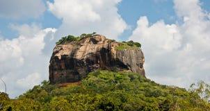 狮子岩石在有天空蔚蓝和白色云彩的斯里兰卡 图库摄影