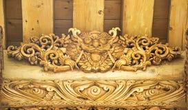 狮子木雕刻的门 库存图片