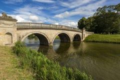 狮子桥梁,伯利议院,地标中世纪城堡在斯坦福德,英国,英国 免版税库存图片