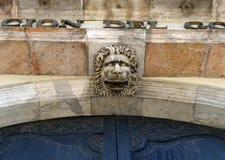 狮子的头在入口上对政府代表团的大厦 库存图片