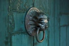 以狮子的形式古色古香的门把手 免版税库存图片