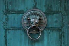 以狮子的形式古色古香的门把手 免版税图库摄影