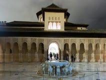 狮子的法院在晚上时间的阿尔罕布拉宫 格拉纳达, Spai 免版税库存图片