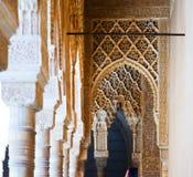 狮子的法院曲拱在阿尔罕布拉宫 库存图片