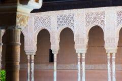 狮子的法院曲拱在阿尔罕布拉宫 免版税库存照片