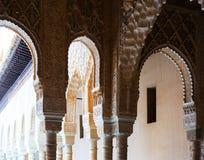 狮子的法院的曲拱和专栏在阿尔罕布拉宫 免版税库存图片