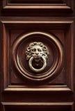 以狮子的头的形式古色古香的通道门环在老门, R 免版税库存图片