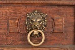狮子的头的浅浮雕有一个圆环的在它的嘴 库存图片