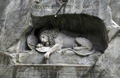 狮子纪念碑(Löwendenkmal)在公园(卢赛恩,瑞士), 免版税库存图片