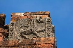 狮子老破裂的浅浮雕在古庙门面的  库存图片