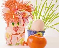 狮子自创纸板鸡蛋和绿色 免版税库存照片