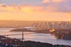 狮子门桥梁和温哥华市中心日出的 免版税库存照片