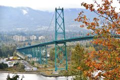 狮子门桥梁,秋天颜色,秋叶,城市风景在斯坦利Paark,温哥华市中心,不列颠哥伦比亚省 免版税库存图片