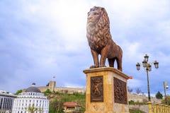 狮子雕塑和无头甘蓝堡垒小山的在斯科普里, Macedoni 免版税库存照片