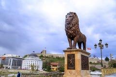 狮子雕塑和无头甘蓝堡垒小山的在斯科普里, Macedoni 免版税库存图片