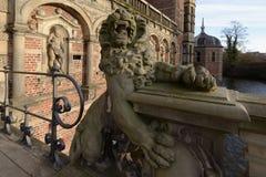 狮子雕塑在入口的对菲特列堡城堡,丹麦 库存图片