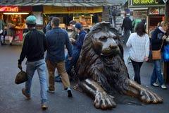 狮子雕塑在坎登镇市场上 库存照片
