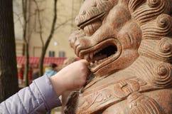 狮子雕塑在庭院里datsan 图库摄影