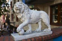 狮子雕塑在Hundertwasser的房子的 免版税库存照片