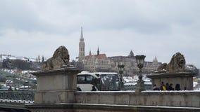 狮子雕塑在Szechenyi桥梁的在布达佩斯 免版税图库摄影