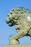 狮子雕塑的前面部分在宫殿桥梁特写镜头附近的 彼得斯堡圣徒 免版税库存图片