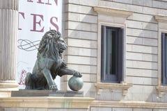 狮子雕塑街道视图  免版税库存图片