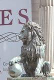 狮子雕塑街道视图  免版税库存照片