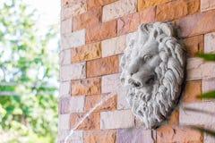 狮子雕象喷泉 免版税库存照片