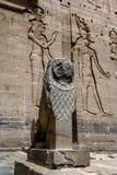 狮子雕象在第一座定向塔的入口在Isis寺庙坐菲莱海岛在埃及 免版税库存照片