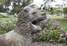 狮子雕象在背景的公园公园 库存图片