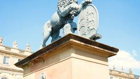 狮子雕象,在喷泉后的Neues施洛斯,财政部的住处,宫殿在王宫广场广场 影视素材