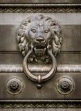 狮子顶头通道门环 库存照片