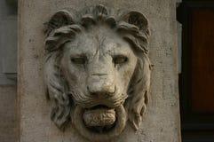 狮子顶头胸象(雕塑) 库存图片
