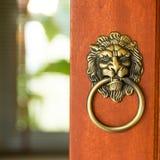 狮子顶头通道门环 免版税图库摄影