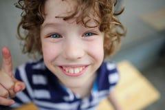 狮子鼻男孩微笑的乐趣 库存图片