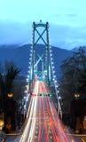 狮子` s在黄昏,定时曝光,温哥华的门桥梁, BC,加拿大 库存照片